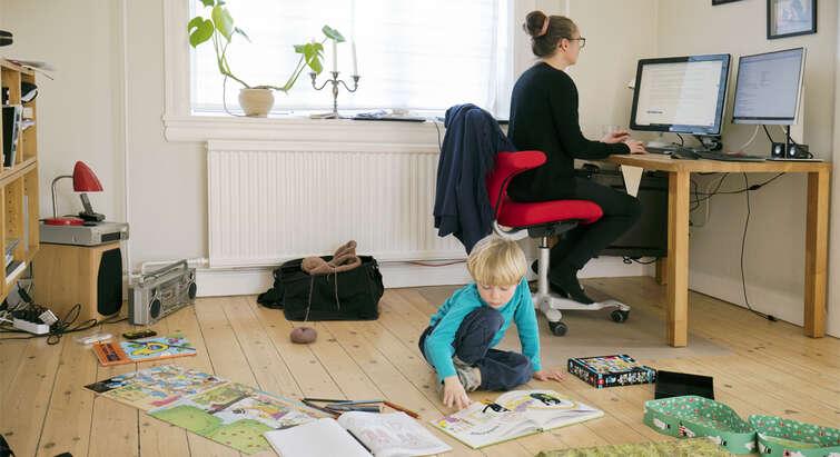 Billede af mor og søn hjemme.